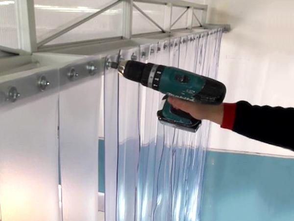 Installazione porta a fasce in PVC