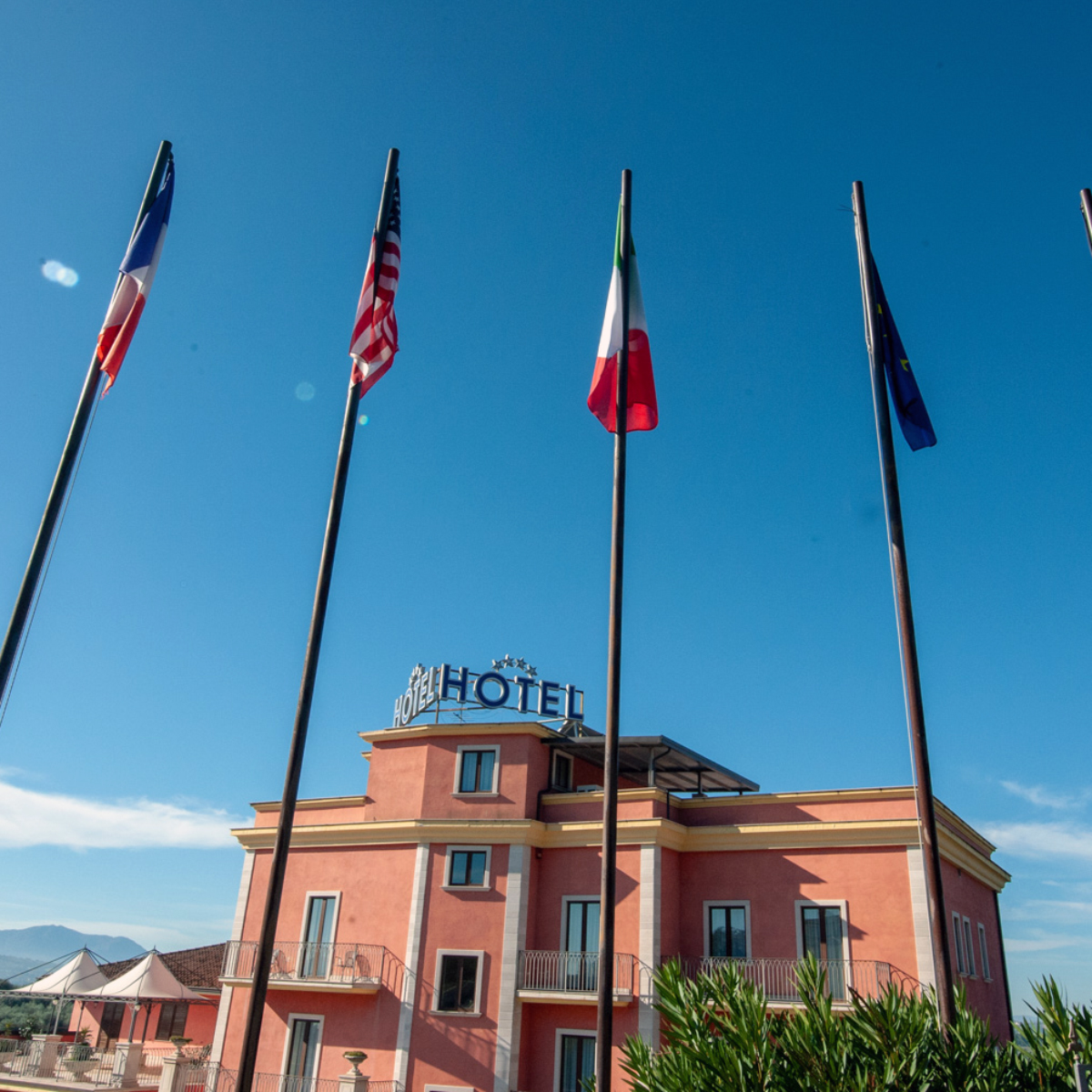 pennoni porta bandiera ingresso hotel